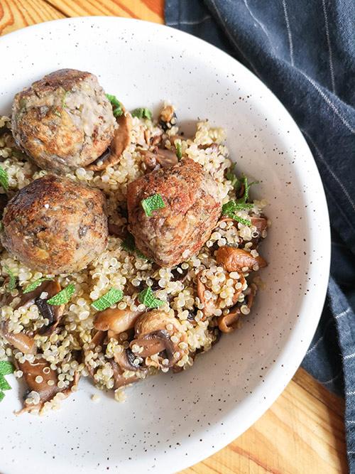 Boulettes vegan et poêlée de champignons et quinoa